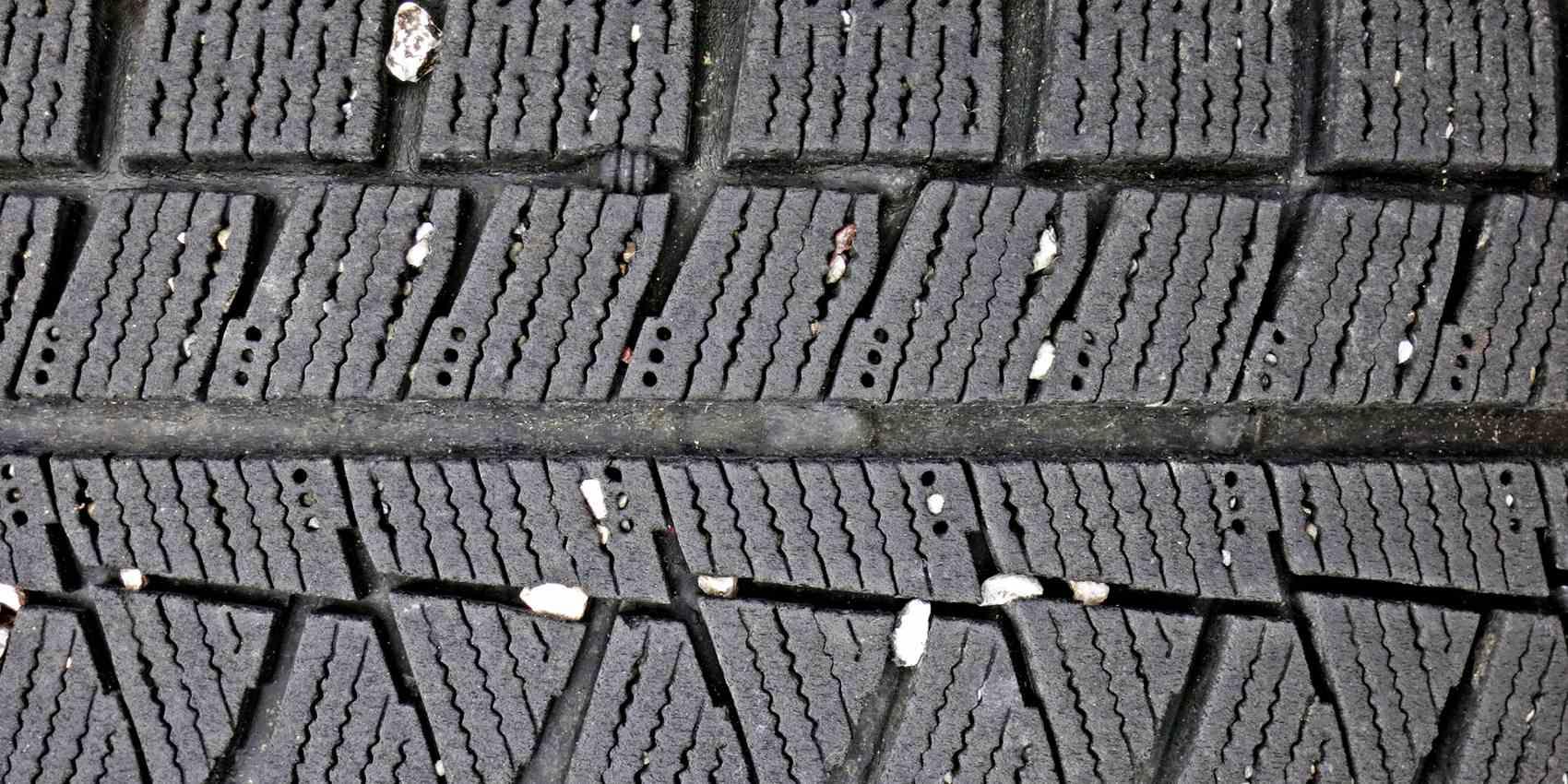 タイヤの溝に挟まった小石は除去すべき?正しい対処法と異物がもたらす影響とは